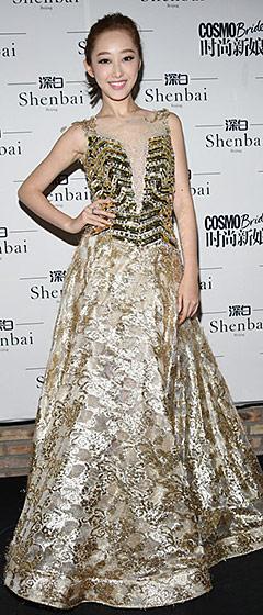 10月26日深白秀场,蒋梦婕一身透视金色礼服裙闪亮现身,浑身透露着